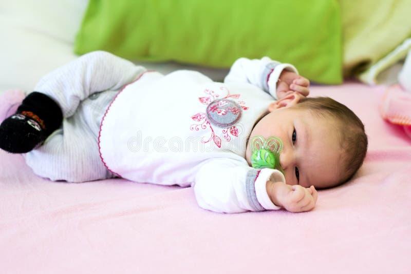 Het Liggen van het Meisje van de baby royalty-vrije stock fotografie
