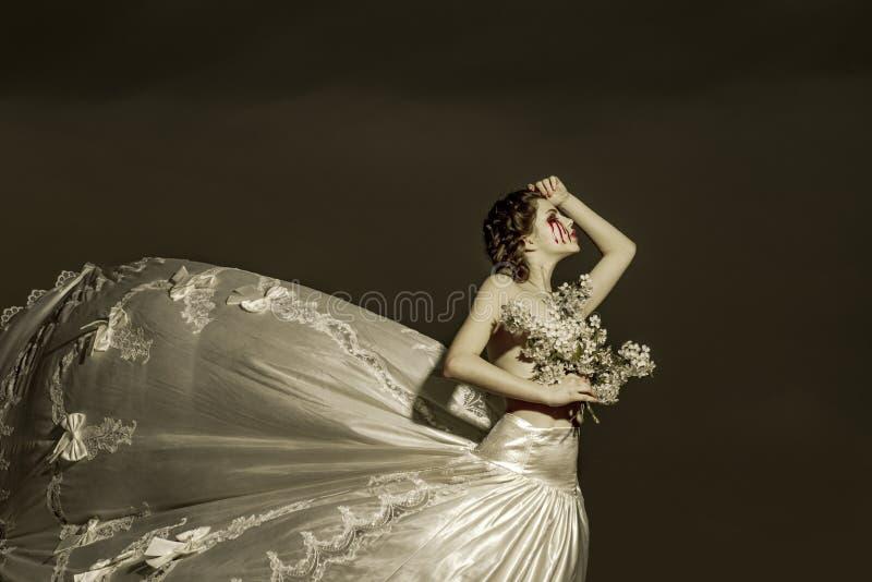 Het lijden van bruid aan vrouw Halloween en verschrikking themisschreeuw met bloedscheuren, onrechtvaardigheid verdriet en Hallow royalty-vrije stock afbeelding