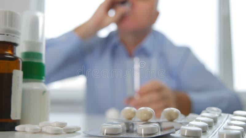 Het lijden van de aan Mens in Apotheek die Sommige Pillen nemen stock afbeeldingen
