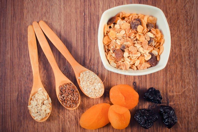 Het lijnzaad, rogge schilfert, haverzemelen, droge vruchten en muesli, concept gezonde voeding en verhogingsmetabolisme af stock fotografie