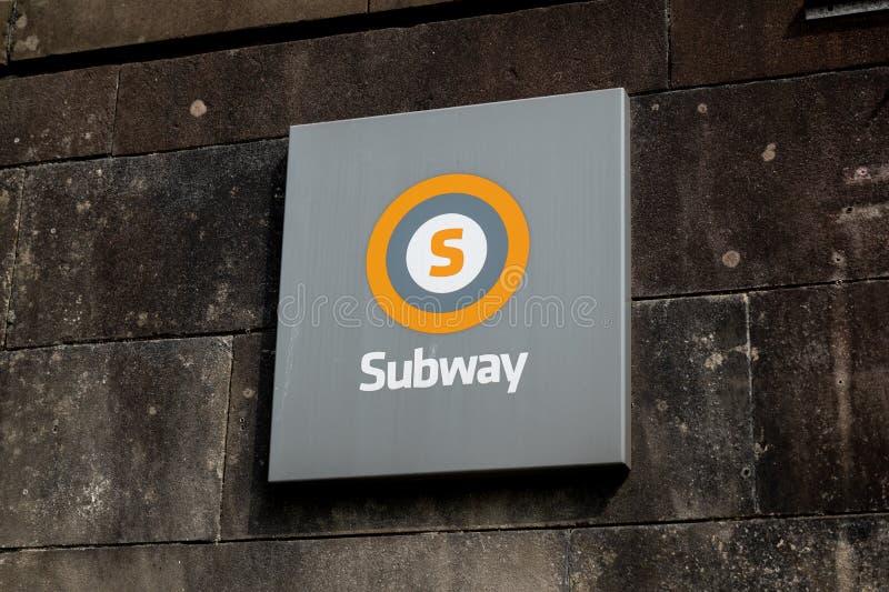Het logo van een metro-ondergrondse installatie in Glasgow in het Verenigd Koninkrijk boven de ingang stock foto's