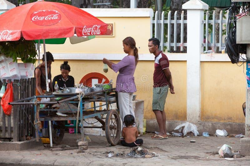 Het lokale familie het kopen voedsel op de straat van Siem oogst, Kambodja royalty-vrije stock fotografie