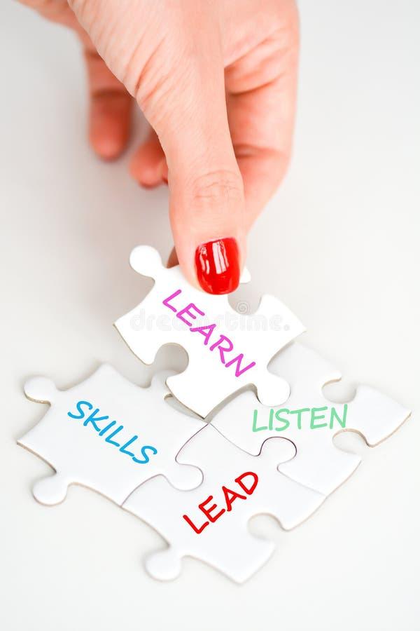 Het lood luistert en leert het voorstellen van leidingsvaardigheden als manager stock afbeelding