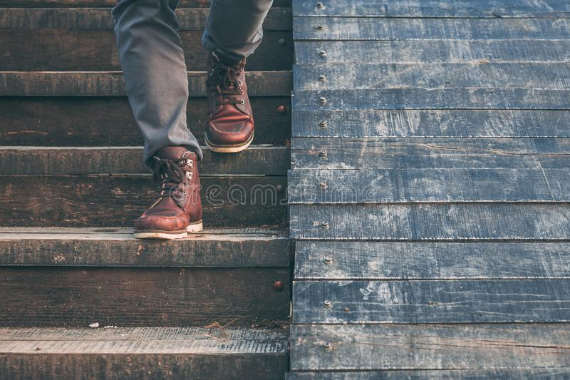 Het lopen beneden: close-upmening van de schoenen van het mensen` s leer stock afbeeldingen