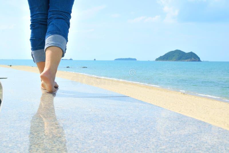 Het lopen bij strand royalty-vrije stock afbeelding