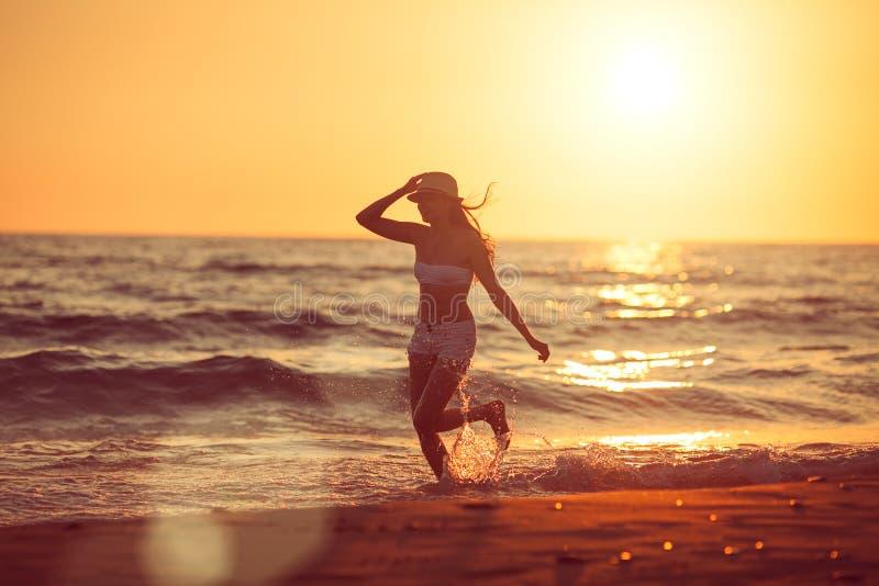 Het lopen blootvoets op het strand stock fotografie