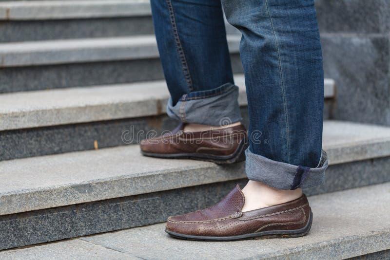Het lopen boven: close-upmening van de schoenen van het mensen` s leer stock foto