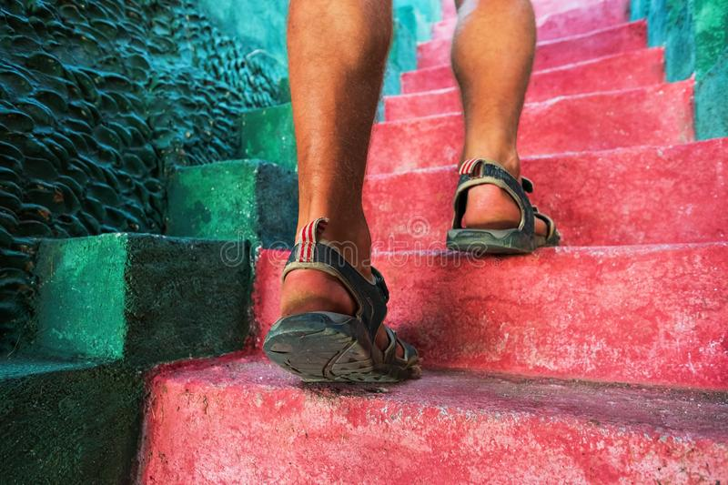 Het lopen boven: close-upmening van mensenbenen stock foto