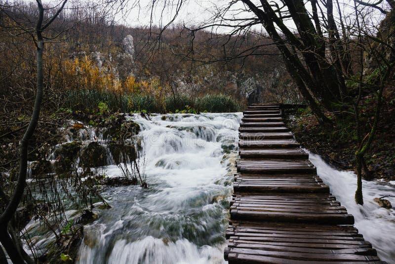 Het lopen bovenop watervallen in Plitvice-Meren Nationaal Park royalty-vrije stock foto
