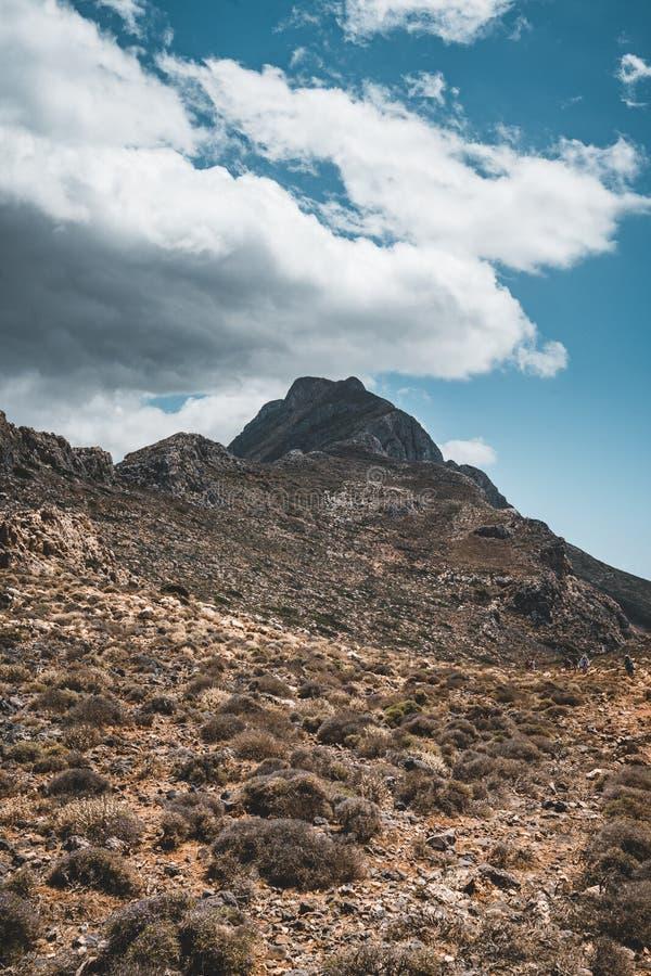 Het lopen in de bergen Wandeling en toerist routes op het Eiland Kreta, Griekenland Manier aan beroemd Balos-strand op heet royalty-vrije stock foto's