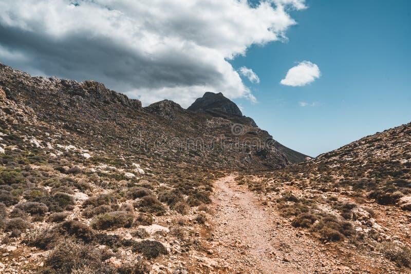Het lopen in de bergen Wandeling en toerist routes op het Eiland Kreta, Griekenland Manier aan beroemd Balos-strand op heet royalty-vrije stock afbeelding