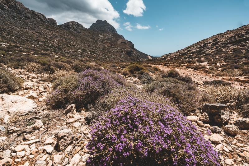 Het lopen in de bergen Wandeling en toerist routes op het Eiland Kreta, Griekenland Manier aan beroemd Balos-strand op heet stock afbeeldingen