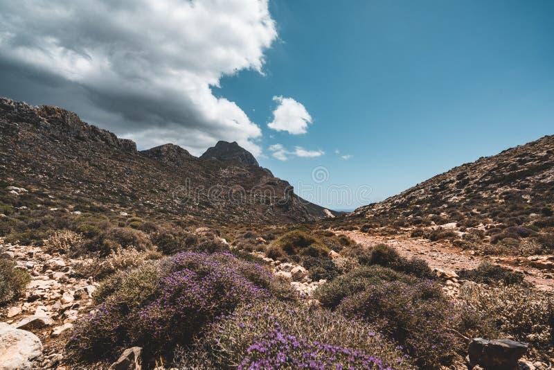 Het lopen in de bergen Wandeling en toerist routes op het Eiland Kreta, Griekenland Manier aan beroemd Balos-strand op heet royalty-vrije stock foto