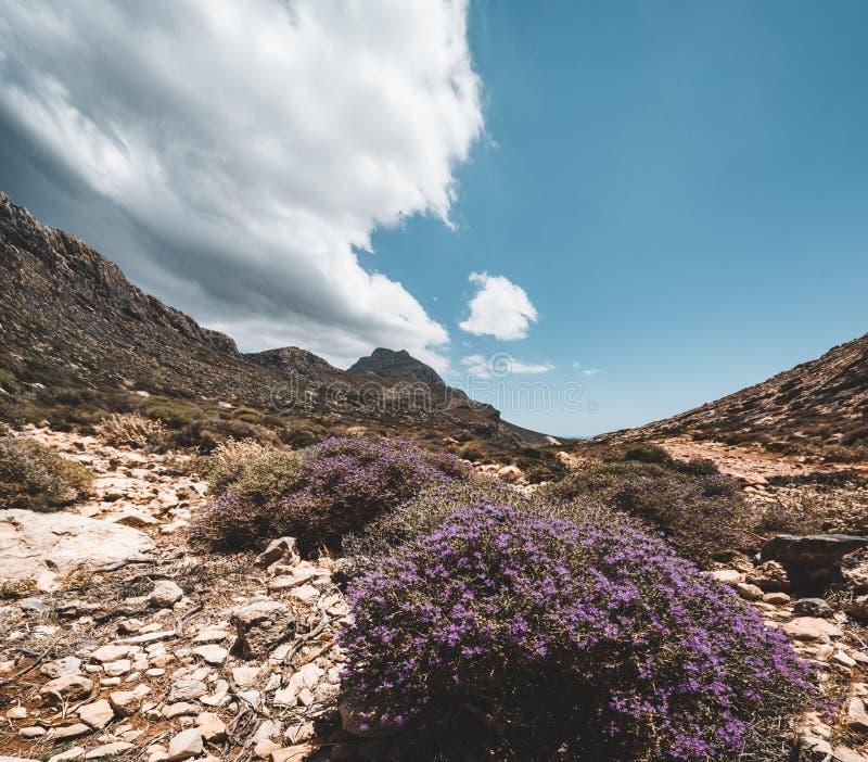 Het lopen in de bergen Wandeling en toerist routes op het Eiland Kreta, Griekenland Manier aan beroemd Balos-strand op heet stock foto