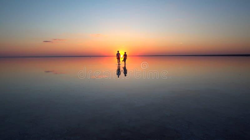 Het lopen in de het plaatsen zon royalty-vrije stock foto's