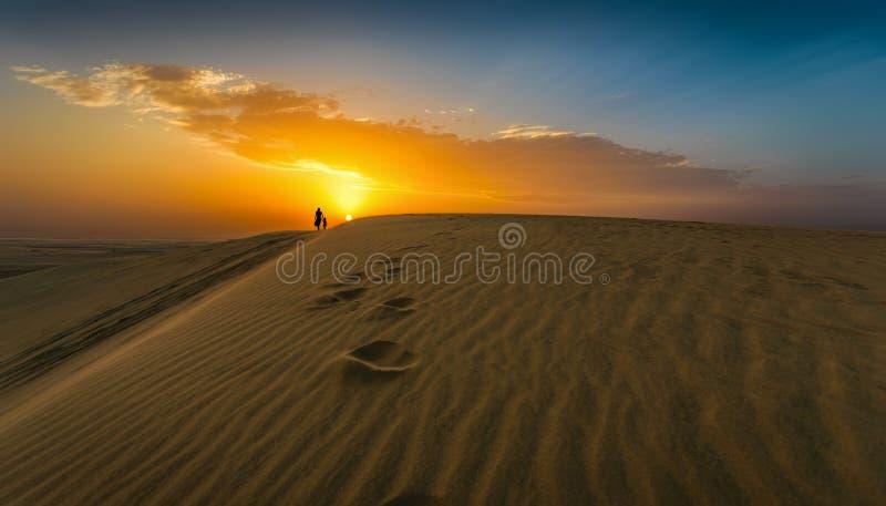 Het lopen in de woestijn van Qatar stock afbeeldingen