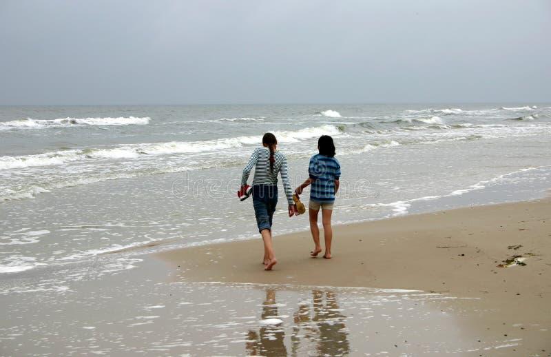 Het lopen door de zeekust