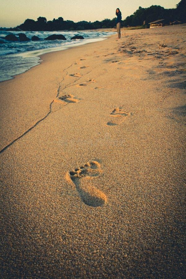 Het lopen door het strand stock foto