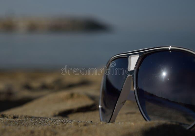 Het lopen door het strand stock fotografie