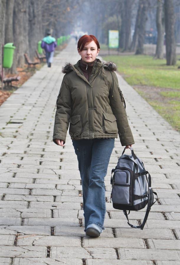 Het lopen in een de herfstpark stock afbeelding