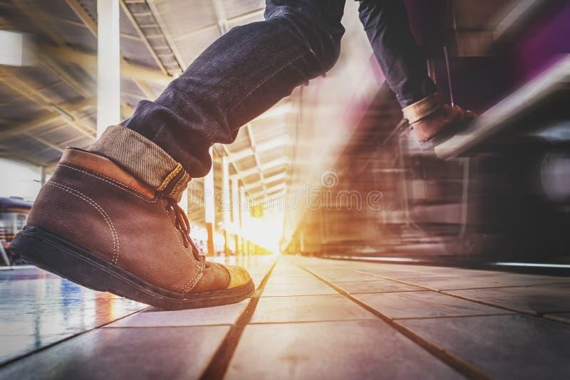 Het lopen en de haast van de reizigersmens aan vangst en gaan aan de trein binnen stock illustratie