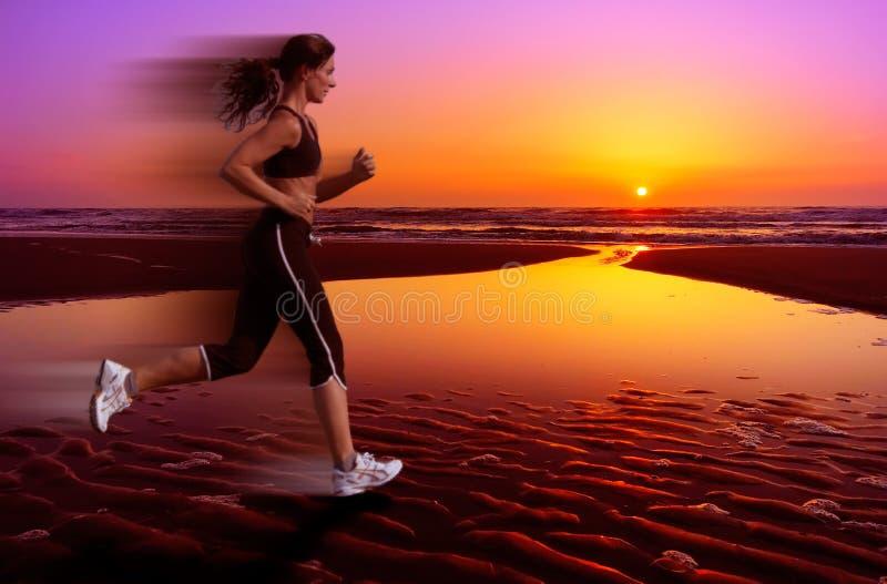 Het lopen en zonsondergang stock foto's