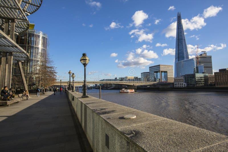 Het lopen langs de Weg van Theems in Londen stock afbeeldingen