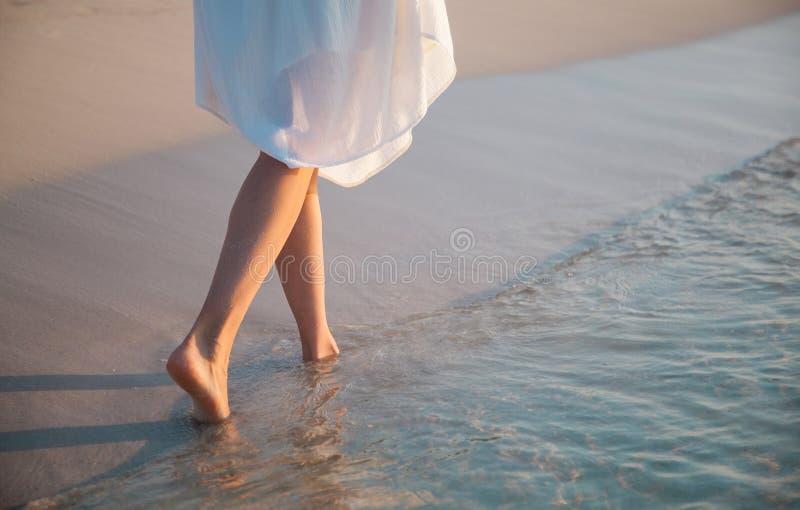 Het lopen langs de zeekust stock afbeelding