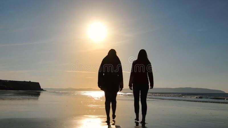 Het lopen langs een strand op een koele dag in de herfst stock afbeeldingen
