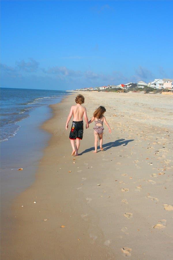 Het lopen langs het strand royalty-vrije stock afbeelding