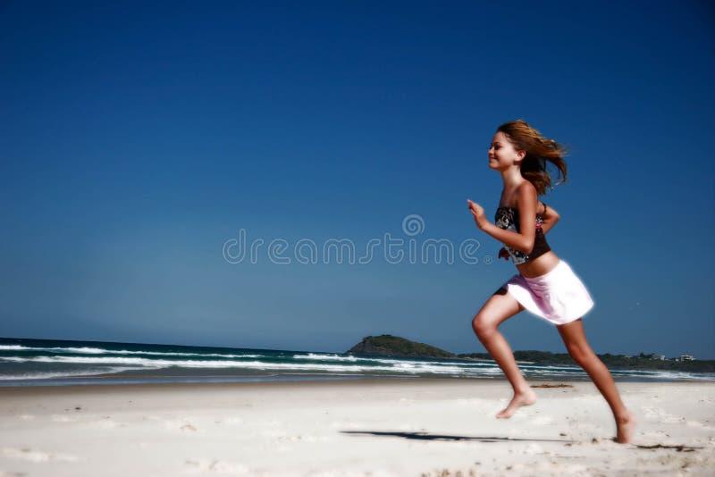 Het lopen langs strand stock afbeelding