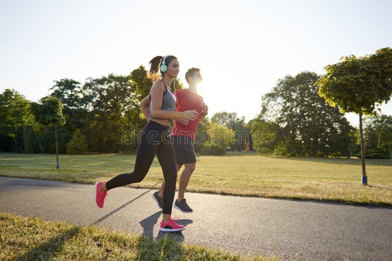Het lopen met partner is meer genoegen stock foto's