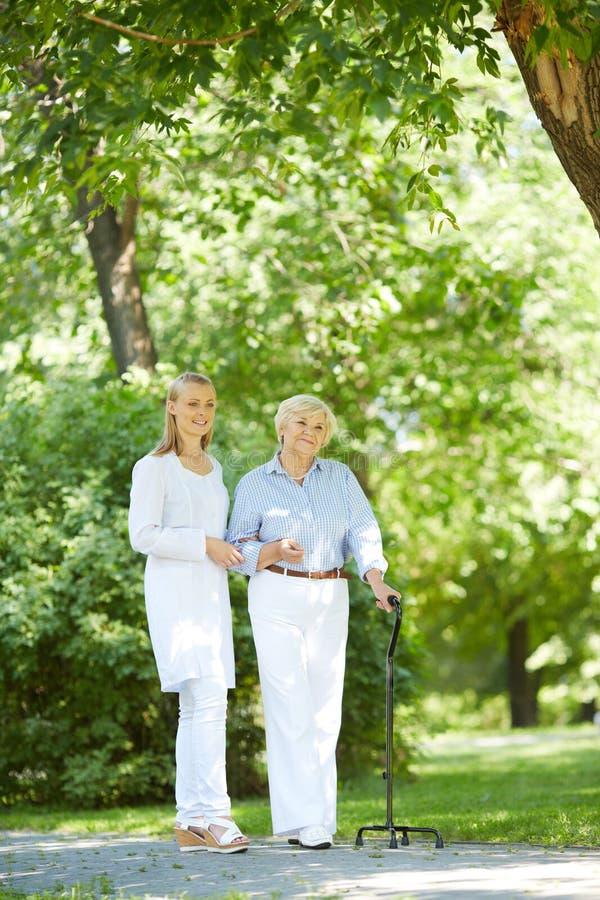 Het lopen met patiënt stock afbeelding
