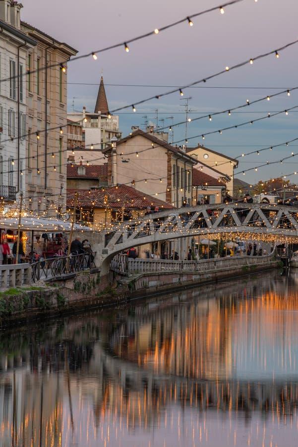 Het lopen in Milan Navigli met de Crhistmas-lichten royalty-vrije stock fotografie