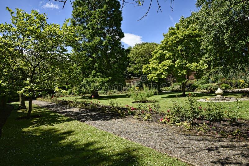 Het lopen in mooie tuin in Engeland van West-Yorkshire royalty-vrije stock afbeeldingen