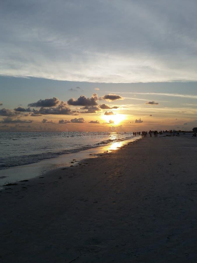 Het lopen naar de zon stock afbeelding