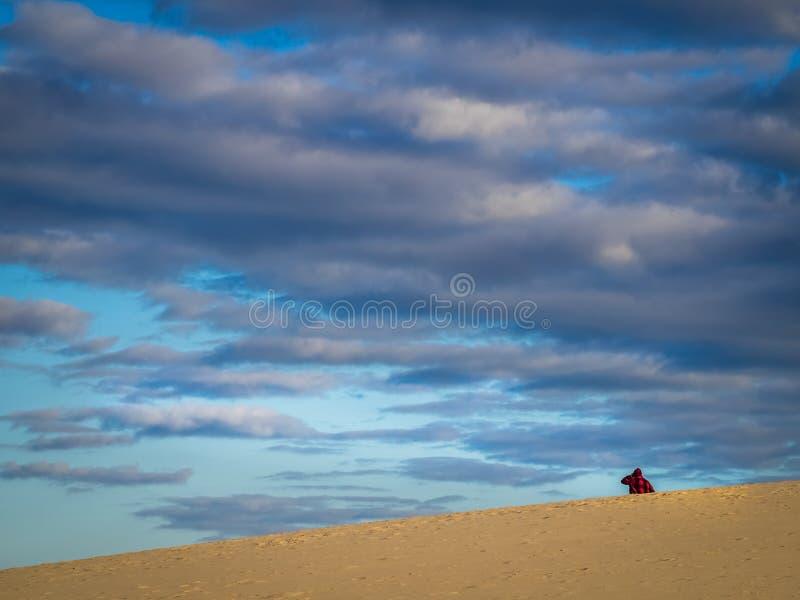 Het lopen onder de zandduinen stock fotografie