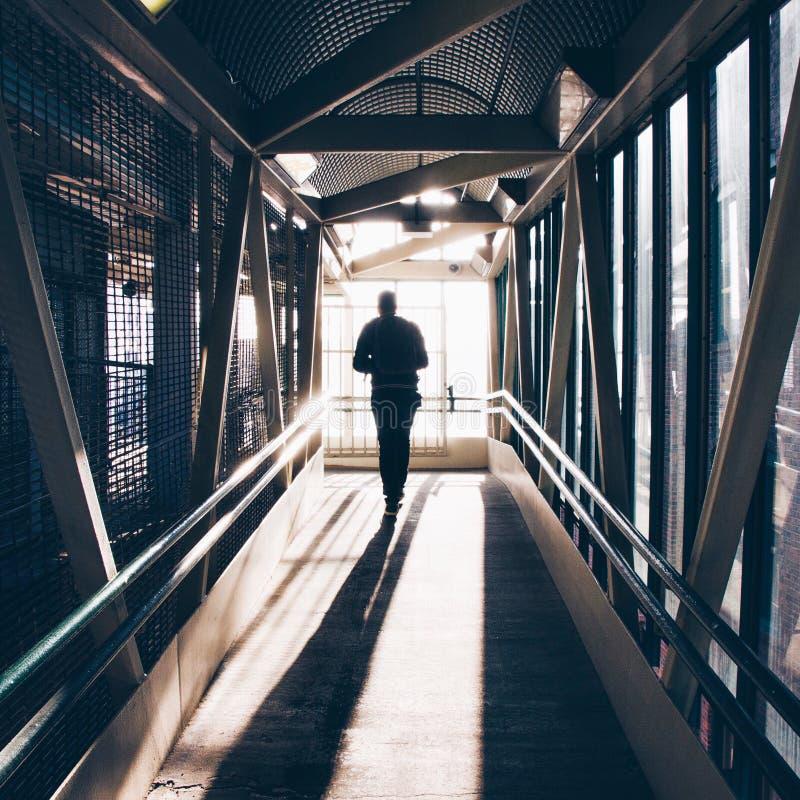 Het lopen onderaan de tunnel stock afbeelding