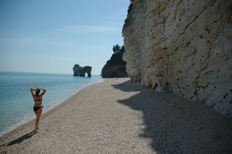 Het lopen onderaan een strand in zuidelijk Italië royalty-vrije stock afbeeldingen