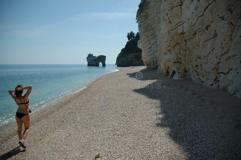 Het lopen onderaan een strand in zuidelijk Italië royalty-vrije stock foto's
