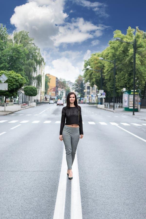 Het lopen op de landelijke weg stock afbeeldingen