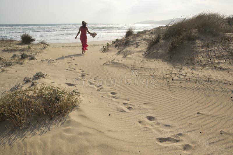 Het lopen op de zandduinen stock fotografie