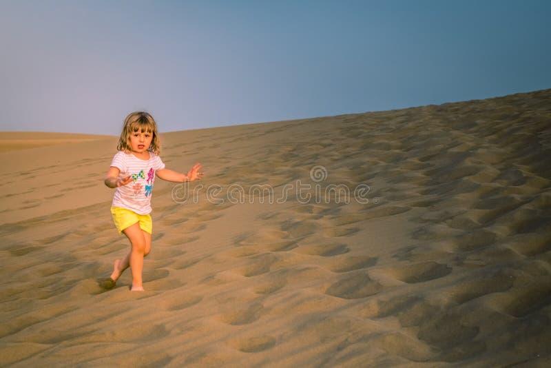 Het lopen op de zandduinen royalty-vrije stock fotografie