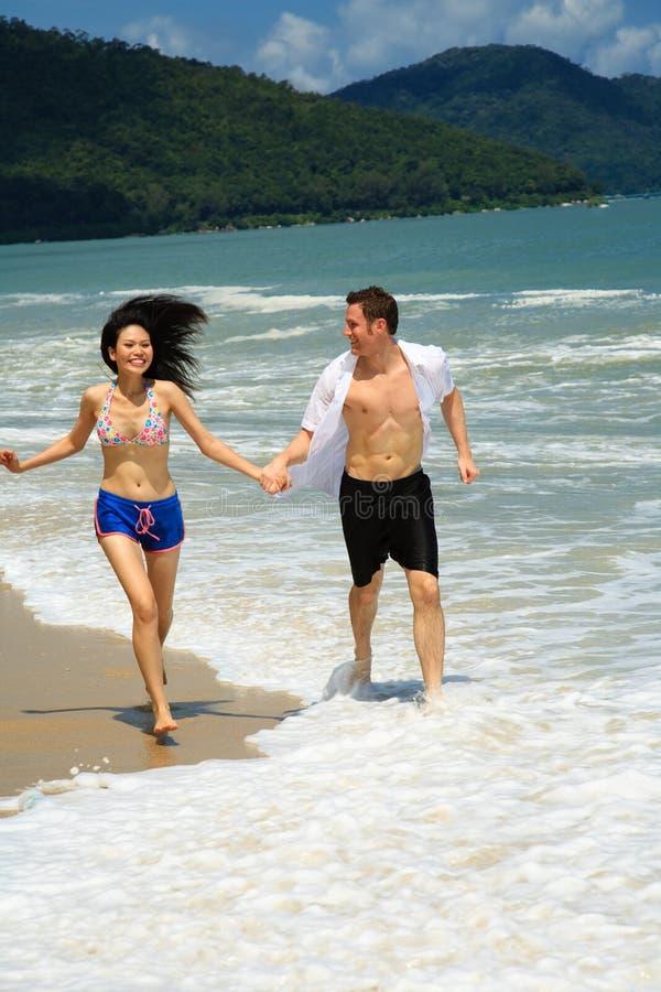 Het lopen op een paradijsstrand stock foto's