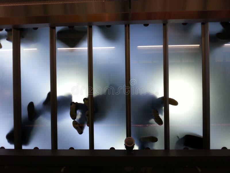 Het lopen op glas stock fotografie