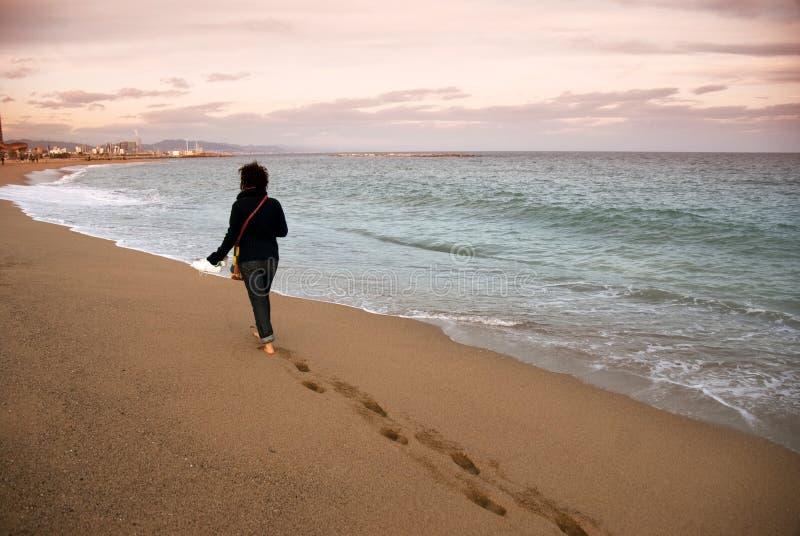 Het lopen op het strand royalty-vrije stock afbeeldingen