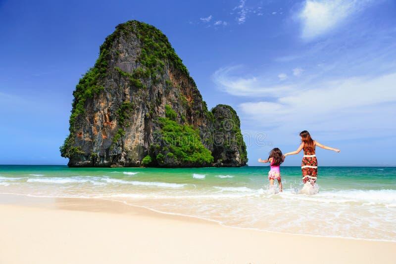 Het lopen op het strand royalty-vrije stock foto's