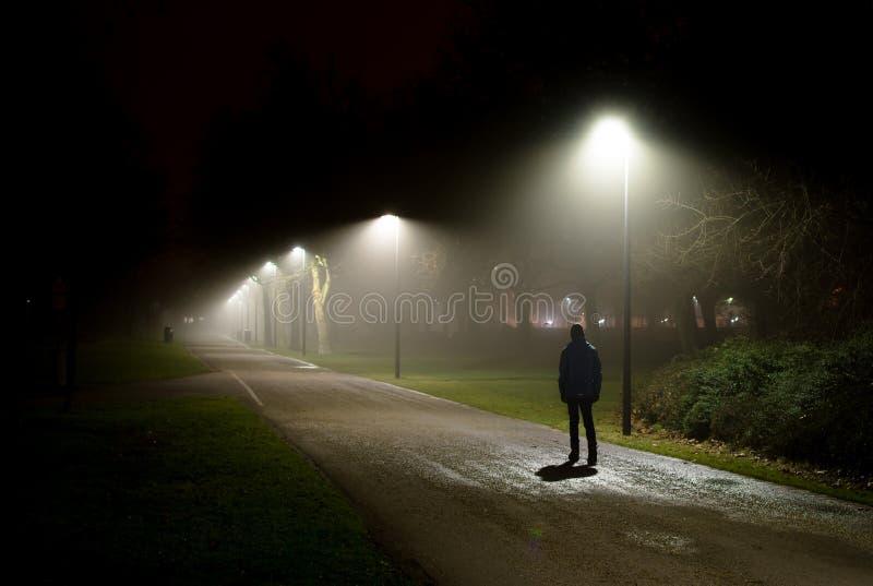 Het lopen op Straat in Diepe Nacht stock foto's