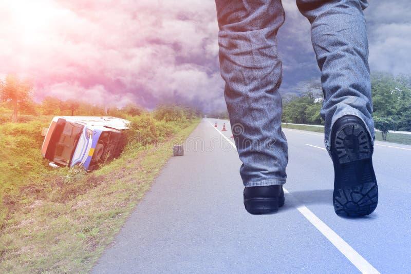 Het lopen op straat op het ongeval van de busauto royalty-vrije stock fotografie
