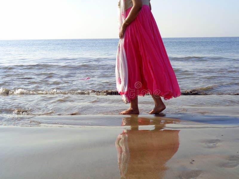 Het lopen op het strand van Arabische overzees stock afbeelding